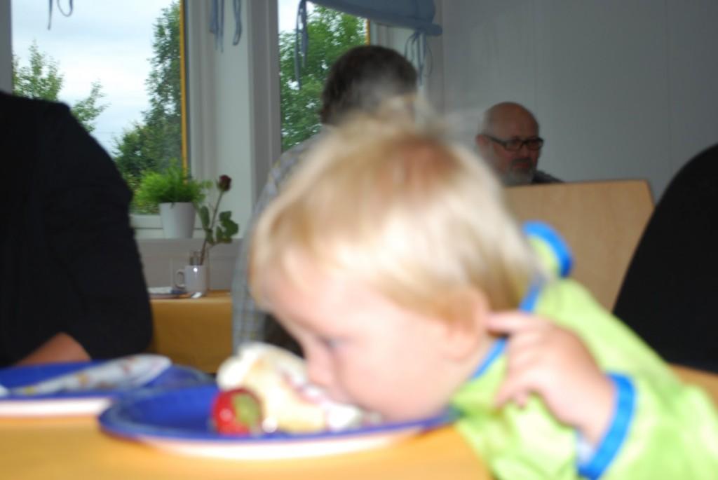 1 åring spiser kake