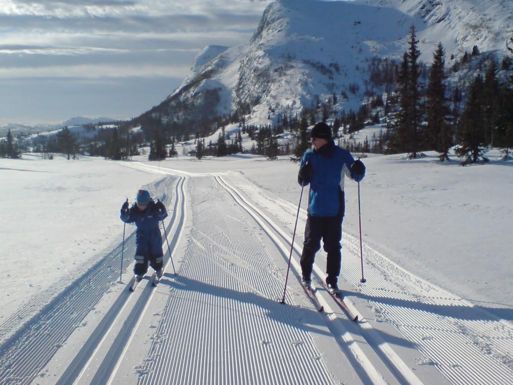 far og sønn på skitur