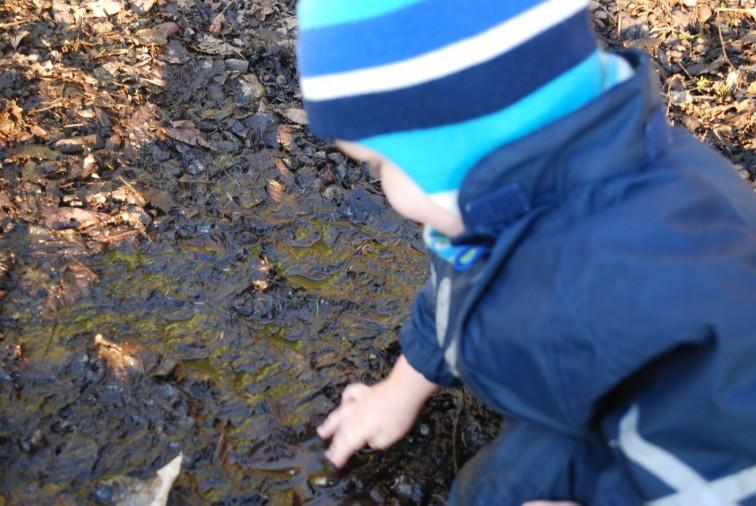 gutt leker i gjørme