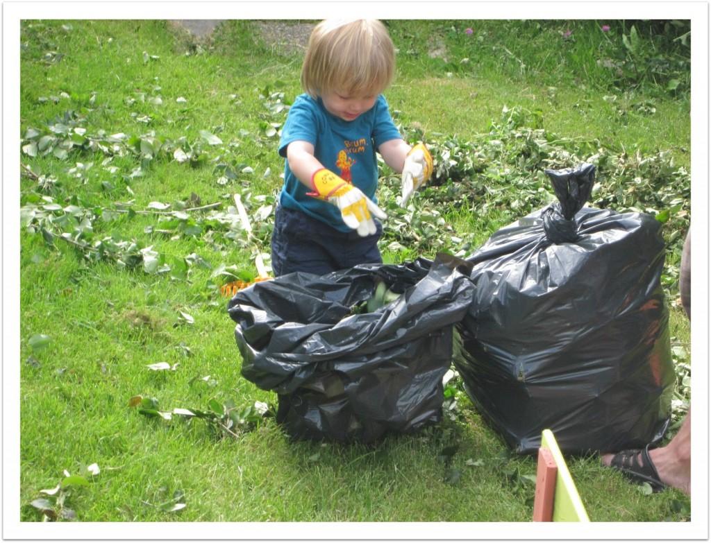 barn hjelper til i hagen