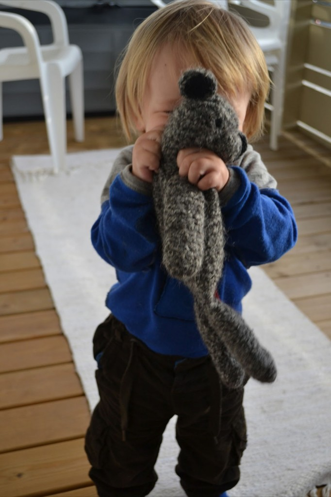 liten gutt med bamse