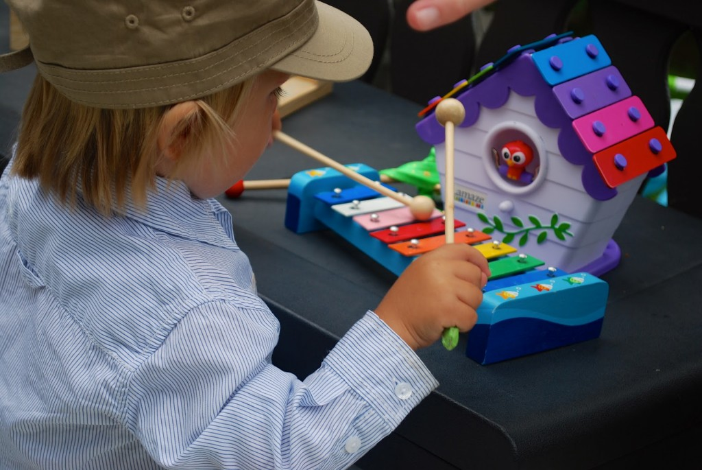 gutt spiller xylofon