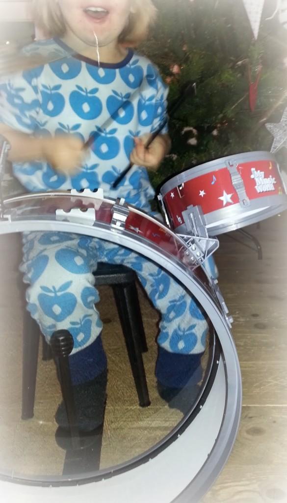 gutt spiller trommer