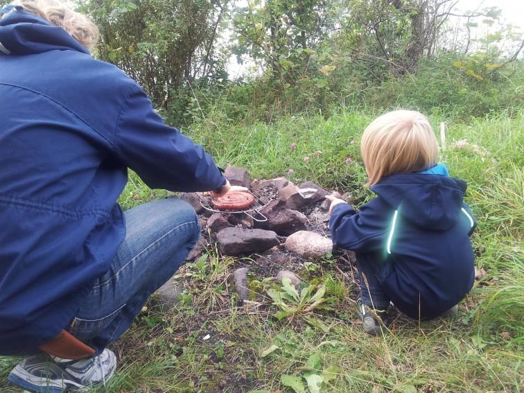 far og sønn ved bålet