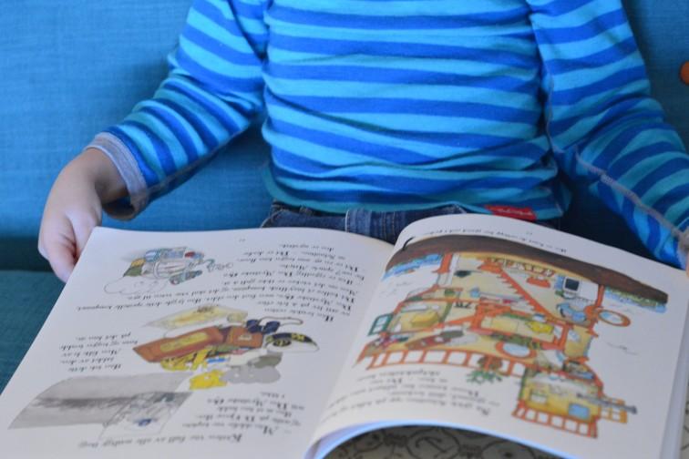"""Petrus titter i boken """"Den kjempestore pæra """""""
