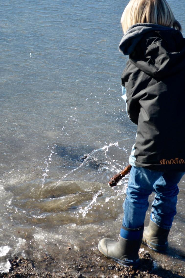 Lek med vann og is
