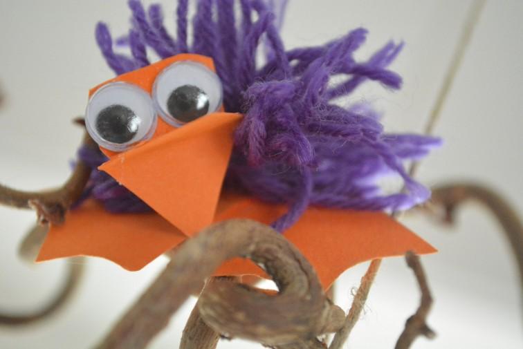En glad lilla kylling med pappføtter