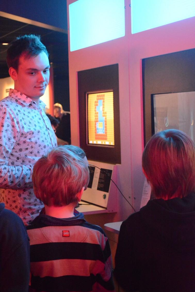 Nuubwork spiller med noen barn på game on 2.0