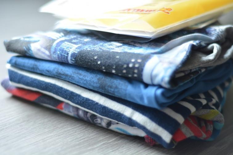 en bunke med klær som skal merkes med askeladden navnlapper