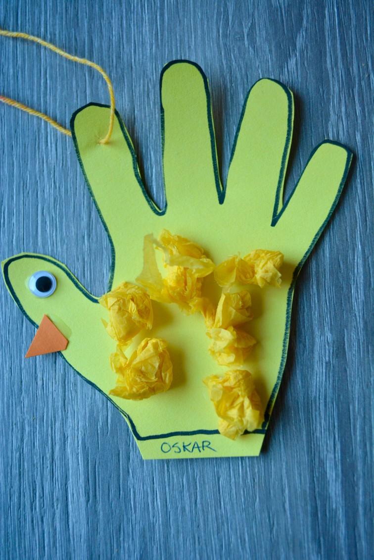 en gul papirhånd har blitt en påskekylling