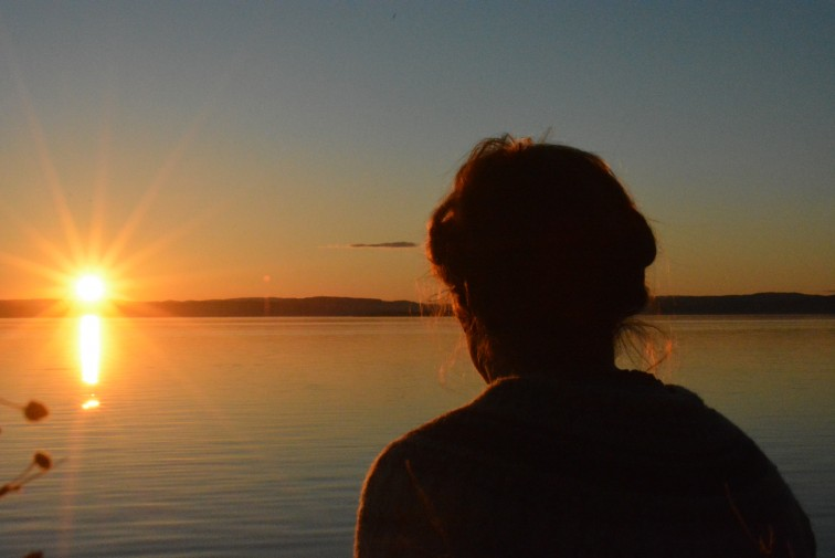 Dame i solnedgangen - enebarn Foto: Petrus og Petrine
