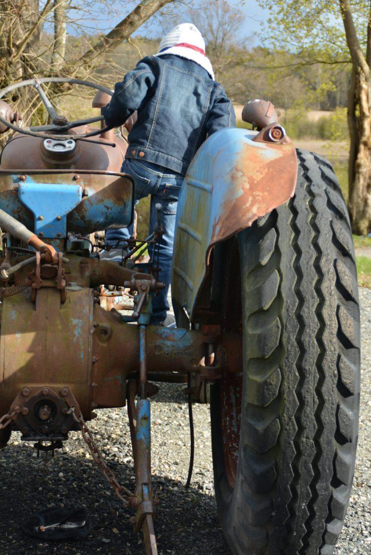 Gutt på traktor