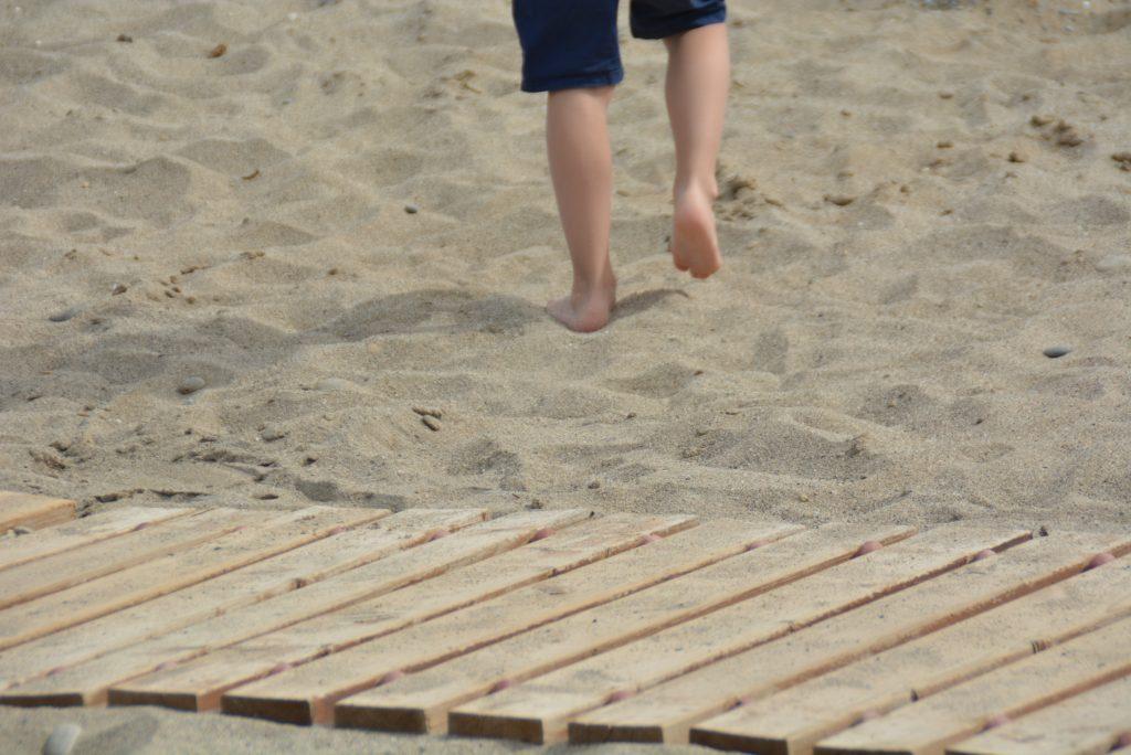 å gå barbent i varm sand