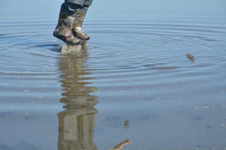 GUtt hopper i vann med barnevaderne