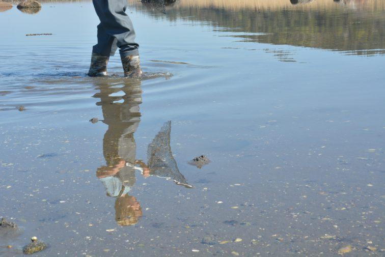 Gutt leker i vann med barnevadere