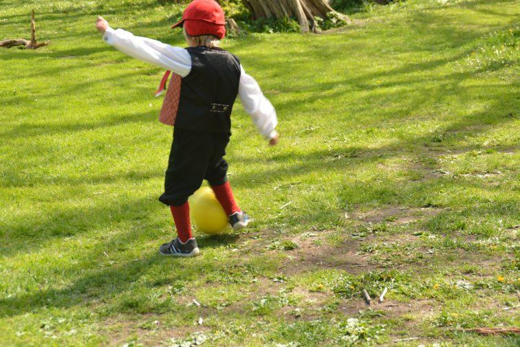 Fotball på plenen på Alby i bunad 17. mai