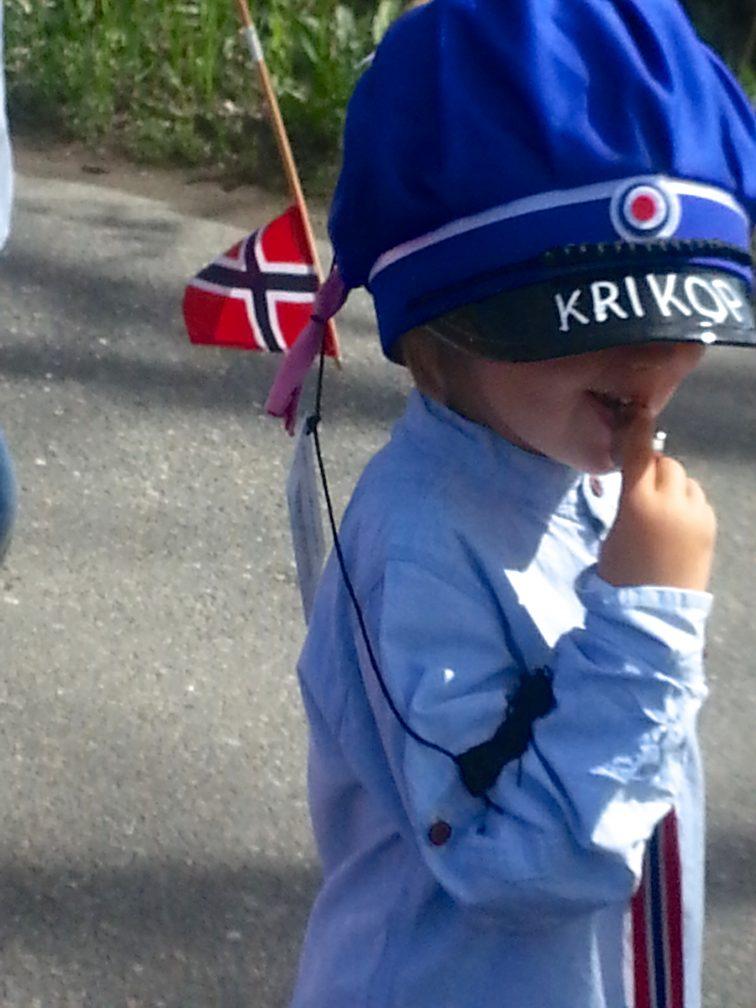 4 åring med russelue og fløyte på 17 mai