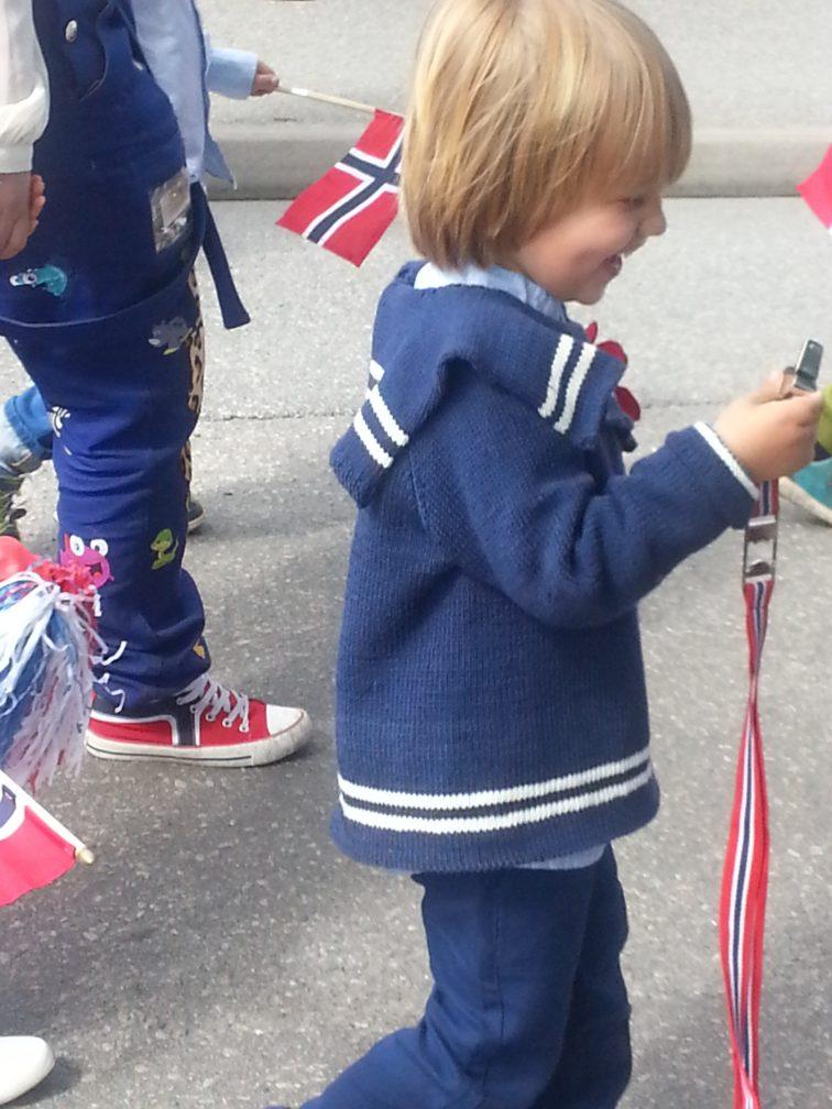gutt med flagg og flyte på 17. mai
