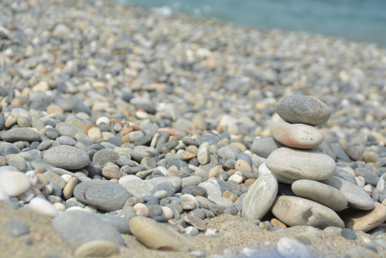 Steinvarde på steinstrand i Hellas