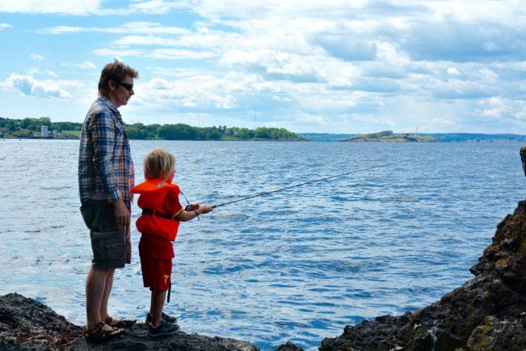 Far og sønn deltar på fiskekonkurranse