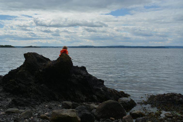 femåringen fisker fra svartskjær