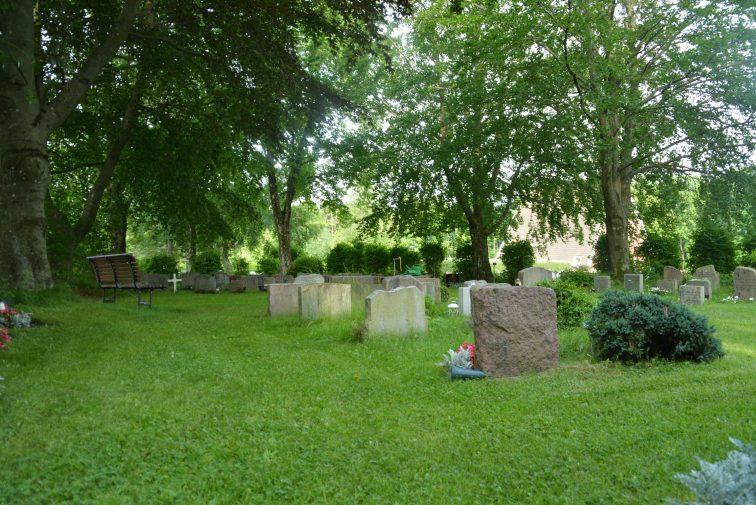 Hagebenk på kirkegården