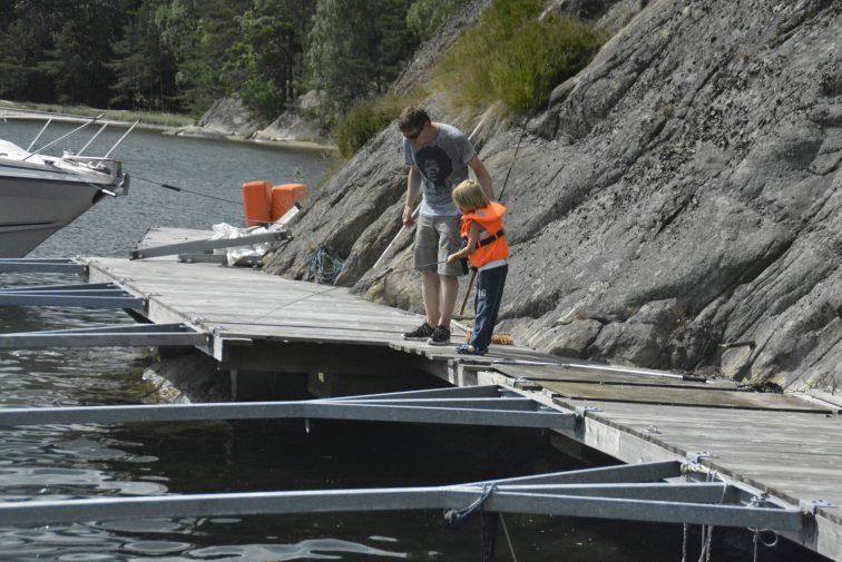 fisking med stang fra brygge