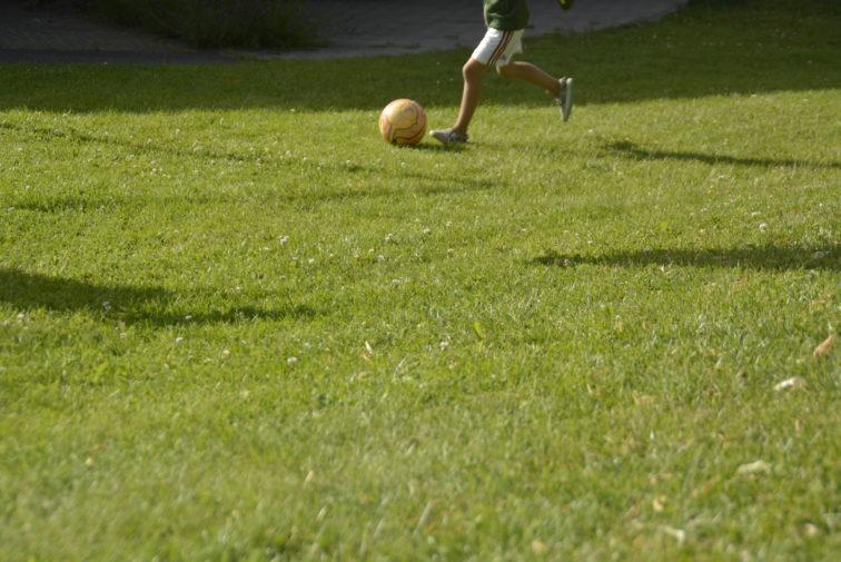 Lek med fotball på plenen