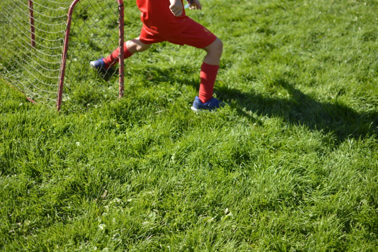 lek med fotball Foto: Petrus og PEtrine