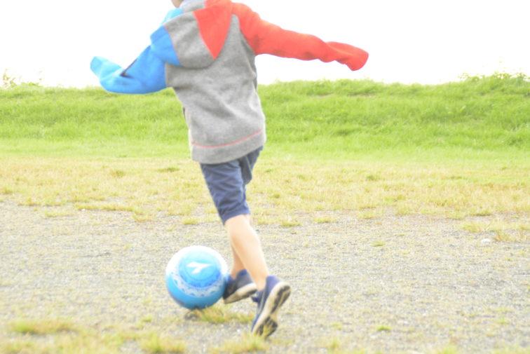 Fotball lek på Jeløya med Reimagojakke. Foto: Petrus og petrine ReimaGO