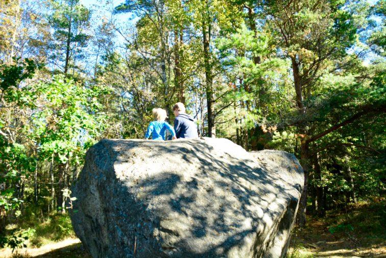 Stor stein ved bjørnåsen Foto. Petrus og Petrine