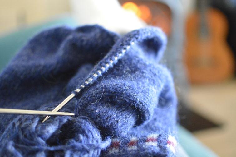 strikketøy foran peisen petrusogeptrine.no