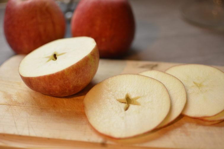 _DSC3464oppskjærte epler til tørking Petrus og Petrine