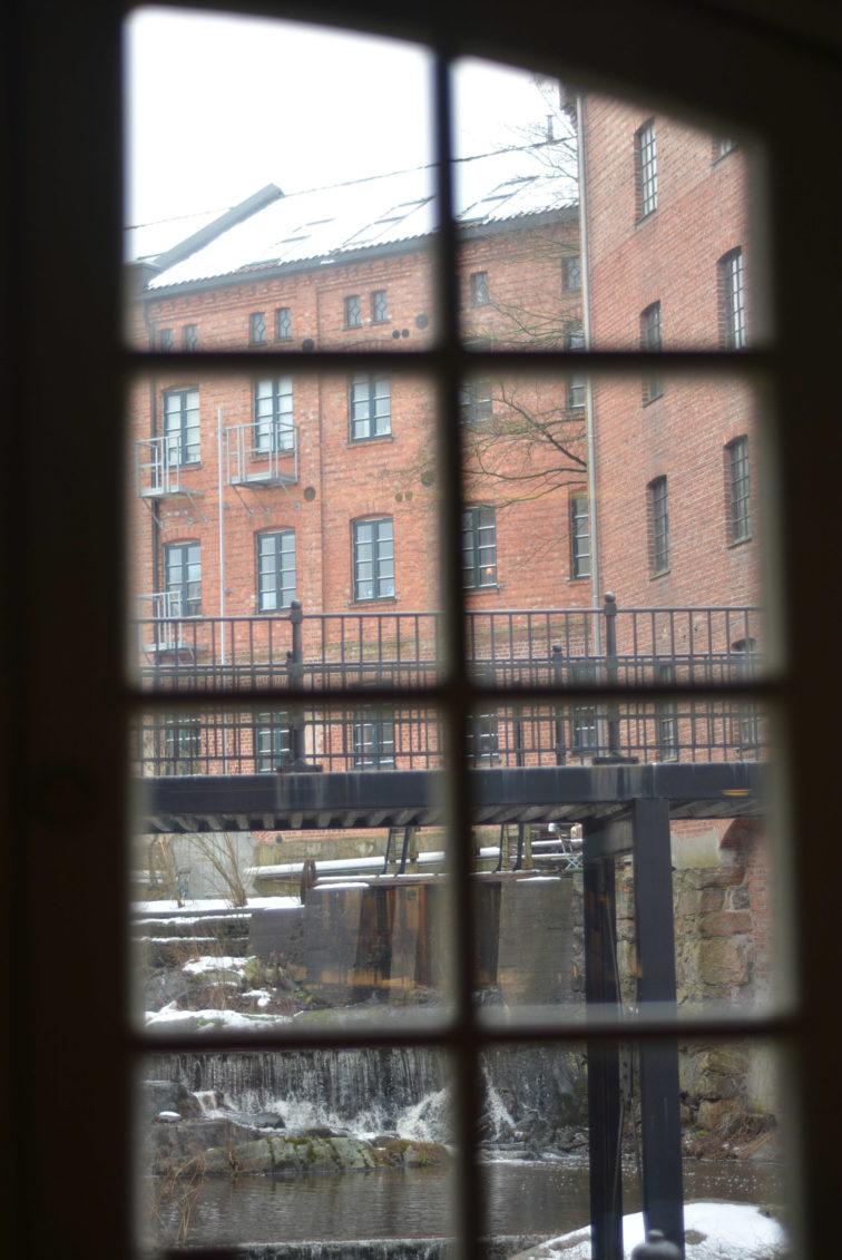 Moss har et flott bibliotek i de gamle møllene, her er utsikten fra et vindu