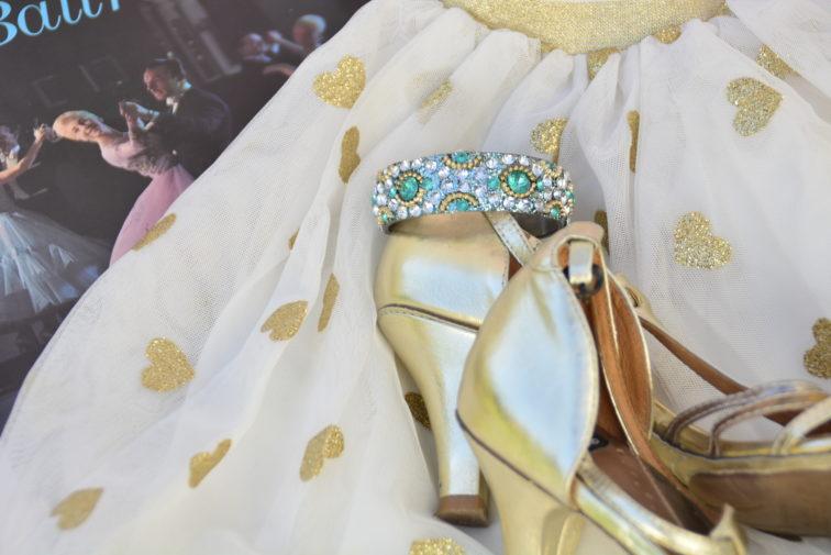 nyttårs ball sko og skjørt i gull