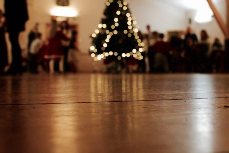 Juletre med lys på juletrefest Petrusogpetrine.no