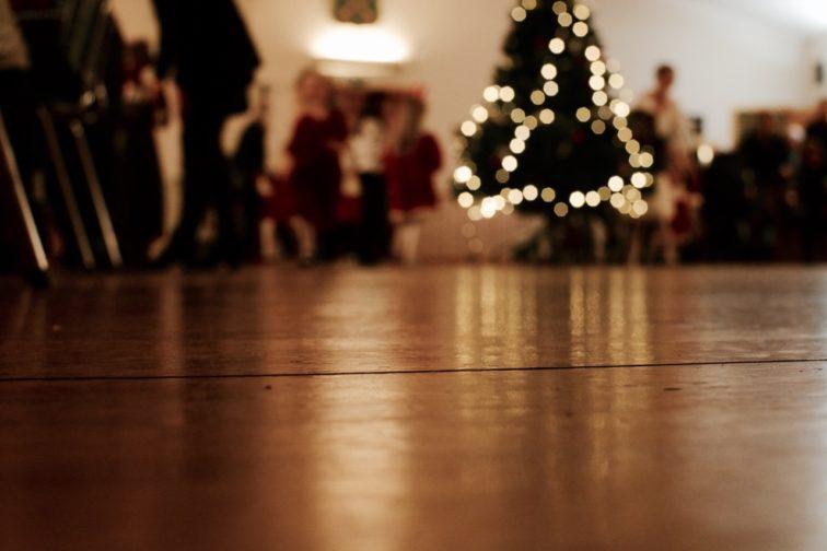 Juletrefest tre med lys petrusogpetrinen