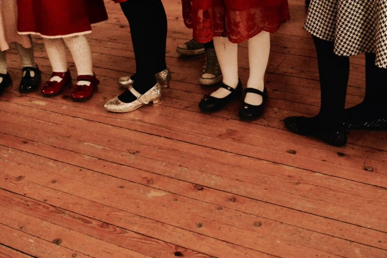 jenter i lakksko på juletrefest Petrusogpetrine.no