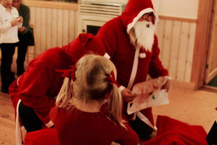 nisse og jente på juletrefest petrusogpetrine.no