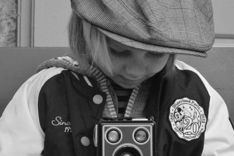 gutt med kamera Petrusogpetrine