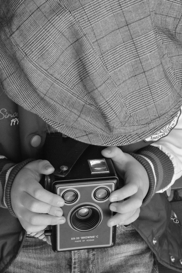 Gutt med old fashion kamera- Petrus og Petrine